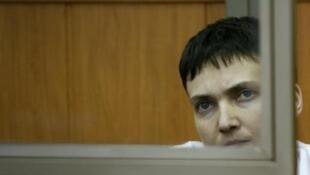 Rubani wa Ukraine Nadia Savchenko, akiwa katika mgomo wa kususia chakula wakati wa kusikilizwa kwake katika mahakama ya Donetsk, Machi 9, 2015.