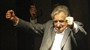 Le président élu, José Mujica, célèbre sa victoire à Montevideo, le 29 novembre 2009.