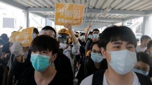 Các thanh niên biểu tình che mặt bằng khẩu trang, tiến về phía Nghị Viện Hồng Kông để phản đối dự luật dẫn độ, ngày 13/06/2019.