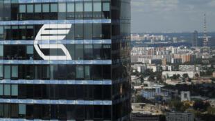Le logo de la banque russe VTB sur la façade de la Federatsiya Tower dans le quartier des affaires de Moscou (image d'illustration).