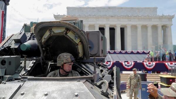 Veículo de combate Bradley é colocado próximo do Lincoln Memorial para as comemorações do 4 de julho destacando o poder militar dos EUA. Washington, 03 de julho de 2019.