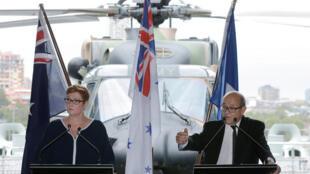 澳大利亞國防部長潘恩(左)與法國國防部長勒德里昂就購買潛艇事宜舉行記者招待會,2016年12月19號,悉尼