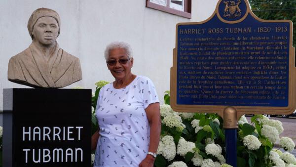 Ayda, Afro-Canadienne et descendante d'esclaves fugitifs, devant son église: la Salem Chapel, de St. Catherines en Ontario. Ce lieu historique est étroitement lié à la célèbre «conductrice» Harriet Tubman.