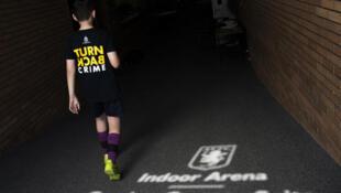 A Interpol tem investido em campanhas desde a infância para diminuir a venda de resultados nas partidas de futebol.