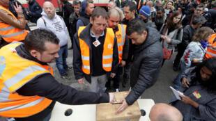 Rail workers at Nice vote to continue the strike last week