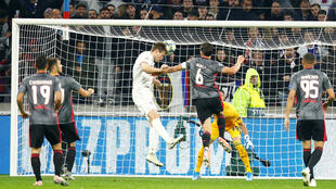Joachim Andersen (Olympique Lyonnais) marque un but de la tête contre Benfica, le 5 novembre 2019.