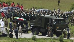 Caixão de Nelson Mandela é levado até o cemitério familiar em Qunu, onde o líder foi enterrado neste domingo.