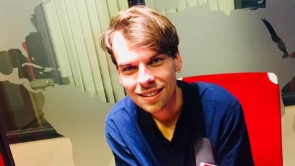 L'écrivain québécois Kevin Lambert en studio à RFI (2019).