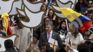 Tổng thống Colombia Juan Manuel Santos và bản thỏa thuận hòa bình với quân du kích FARC ngày 25/08/2016.