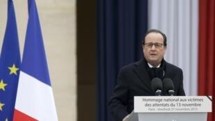 O presidente François Hollande discursa na tribuna montada no palácio dos Invalides, em Paris