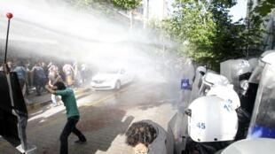 A polícia turca usou canhões de água e granadas de gás lacrimogênio contra manifestantes em Soma na tarde desta sexta-feira (16).