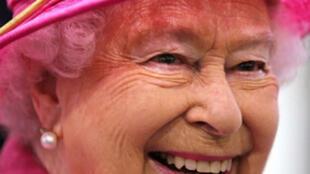 La reine Elisabeth II est célèbre pour ses tenues, mais quelle sont leurs histoires?