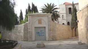 Pichações em hebreu foram descobertas na porta do convento São Francisco, em Jerusalém, nesta terça-feira.