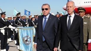 Le président turc Erdogan (G) a été reçu par le président tunisien Kaïs Saïed à Tunis, le 25 décembre 2019.