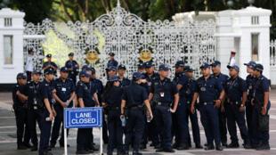 Полиция Сингапура у ворот дворца Истана
