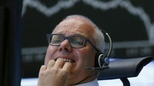 Trader alemão reage à queda das ações na bolsa de Frankfurt, em 24 de agosto de 2015.