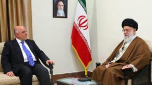 Le Premier ministre irakien Haïdar al-Abadi, à gauche, et le Guide suprême iranien, Ali Khamenei, à Téhéran, le 26 octobre 2017.