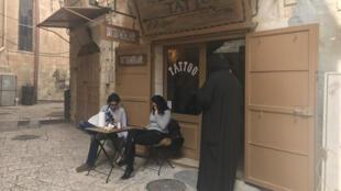 Niché dans une ruelle de la vieille ville de Jérusalem, le salon de tatouage Razzouk ne désemplit pas.