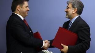 Les ministres de l'Energie de la Russie, Sergueï Shmatko (g) et de la Turquie Taner Yildiz lors de la signature d'un accrod à Ankara, le 12 mai 2010.