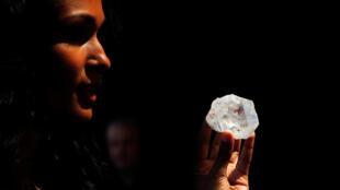 Modelo mostra o diamante bruto Lesedi La Rona, que será leiloado em junho.