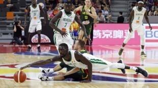 Le Sénégalais Mouhammad Faye tente de récupérer le ballon face à la Lituanie, au Mondial en Chine, le 1er septembre.