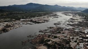 Một đoạn sông Mêkông, tại Pak Chom, miền bắc Thái Lan, bị hẹp dần và trơ những bãi cát do thiếu nước.