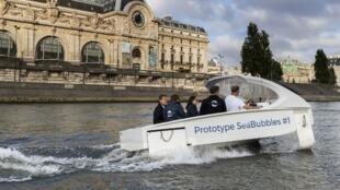 Đô trưởng Paris Anne Hidalgo thử một mẫu Sea Bubble trên sông Seine ngày 16/06/2017.