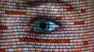 Jornal francês Libé dedica capa à vigilância na Internet.