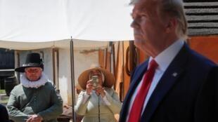 Funcionários do museu observam o presidente dos EUA, Donald Trump em a visita ao Jamestown Settlement Museum em Williamsburg, Virgínia, EUA, em 30 de julho de 2019.