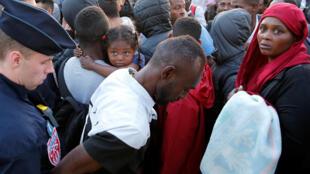La police française expulse des milliers de migrants vivant sur des trottoirs près du centre d'accueil des migrants et des réfugiés à la porte de la Chapelle, au nord de Paris, en France, le 7 juillet 2017.