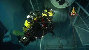 Segundo a defesa civil italiana, a segunda-feira foi o último dia que os mergulhadores desceram para realizar buscas no navio.