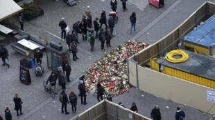 Alemães prestam homenagens no local do atentado em Berlim, nesta quarta-feira, 21 de dezembro de 2016.