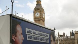 Cartaz nas ruas de Londres com os dois principais candidatos das eleições legislativas.
