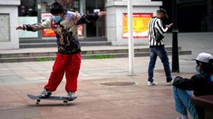 宣布解封后 武汉街头一滑板青年资料图片