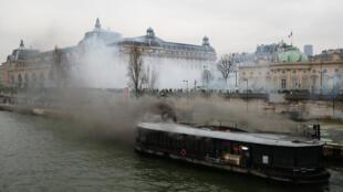 Biểu tình Áo Vàng tại Paris ngày 05/01/2019: Một chiếc tàu neo đậu trên sông Seine gần Viện Bảo Tàng Orsay bị đốt cháy.