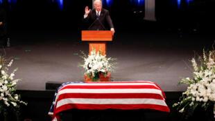 Cựu phó tổng thống Mỹ Joe Biden đọc điếu văn trong buổi lễ tiễn biệt John McCain tại nhà thờ ở Phoenix, Arizona, ngày 30/08/2018.