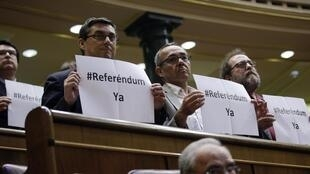 A abdicação do rei Juan Carlos foi aprovada hoje (11), apesar do movimento de um pequeno grupo de deputados pela realização do referendo sobre o futuro da monarquia na Espanha.