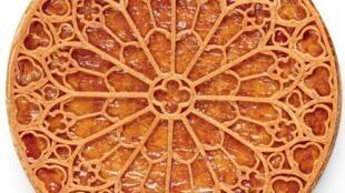 Французская кондитер Нина Метайе к празднику Эпифании испекла традиционную «королевскую галету» в виде витража собора Парижской Богоматери