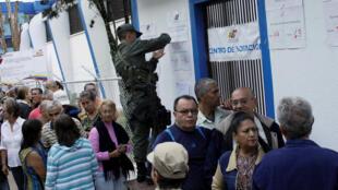 Des citoyens vénézuéliens font la queue dans un bureau de vote à San Cristobal, ce dimanche 15 octobre 2017, pour élire leur gouverneur.