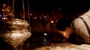 Des fidèles embrassent l'étoile dans la Basilique de la Nativité à Bethléem.