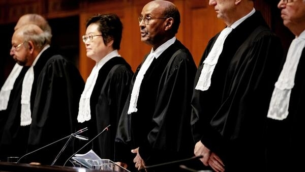 Presidente do Tribunal internacional de justiça, Abdulqawi Ahmed Yusuf (c.), em Haia a 23 de Janeiro de 2020.