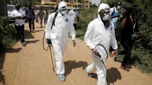 Maafisa wa afya wakipulizia dawa dhidi ya virusi vya Corona huko Nairobi, Kenya, Machi 2020.