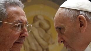 Raúl Castro e o papa Francisco durante um encontro no Vaticano, em maio de 2015.