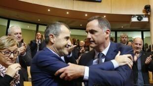 Accolade entre les nationalistes Jean-Guy Talamoni (g)? élu président de l'Assemblée de Corse et Gilles Simeoni, élu à la présidence du Conseil exécutif de Corse, le 2 janvier 2018.