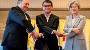 Từ trái qua: Các ngoại trưởng Mỹ Mike Pompeo, Nhật Taro Kono và Hàn Quốc Kang Kyung Wha thể hiện tình đoàn kết trong cuộc gặp báo chí tại Tokyo 08/07/2018.