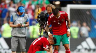 Les Marocains Nabil Dirar et Manuel da Costa après leur élimination contre le Portugal.