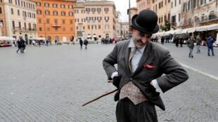 Ảnh minh họa: Một người đóng giả danh hài Charlie Chaplin tại quảng trường ở Roma Ý để thu hút khách du lịch, chụp ngày 02/03/2020.