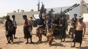 Forças de segurança iemenitas apoiadas pelos sauditas em uma zona do aeroporto de Hodeida, em 18 de junho de 2018.