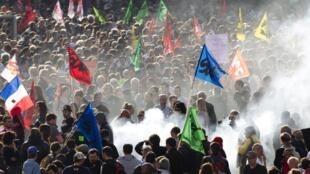 Manifestação pelo Dia dos Trabalhadores em 1° de maio de 2012, em Paris.