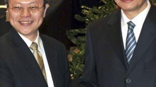 El vice canciller chino Zhang Zhijun (derecha) y su colega taiwanés Wang Yu-chi durante su reunión en Nanjing, provincia de Jiangsu, China continental, el 11 de febrero de 2014.